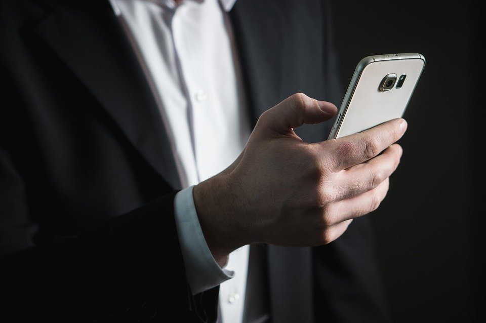 Un homme au téléphone. | Photo : Pixabay