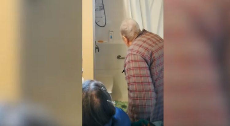 El padre de Schon viendo la ducha | Imagen tomada de: YouTube/Caters Clips