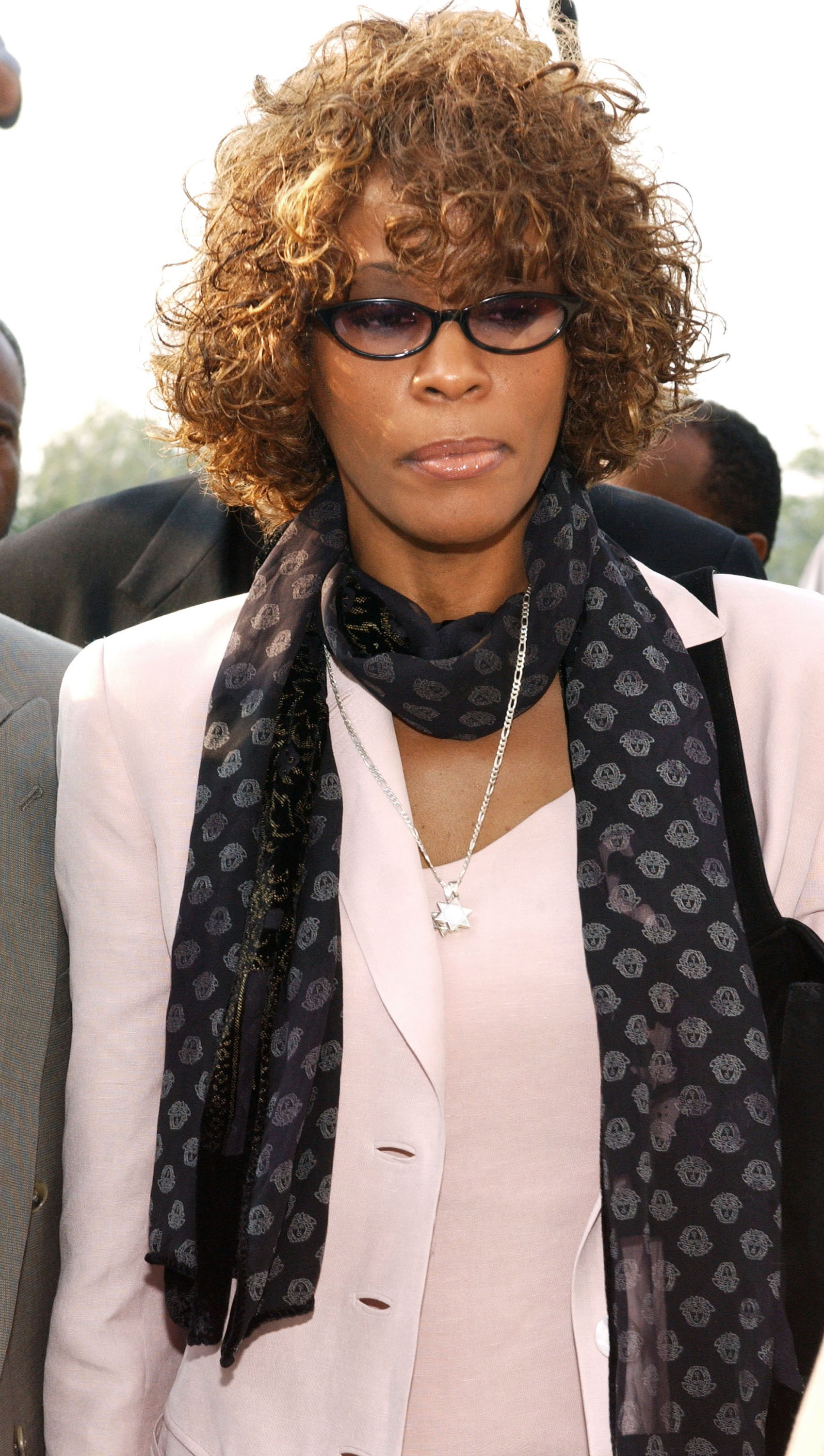 Whitney Houston leaving the courthouse after a probation violation hearing for her husband, Bobby Brown in August 2003. | Photo: Getty Images