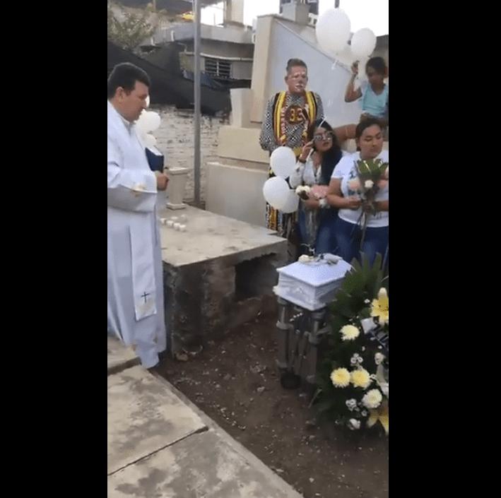 Civiles en medio de la misa en honor a Ángela Victoria. Fuente: Facebook / El Debate Culiacán