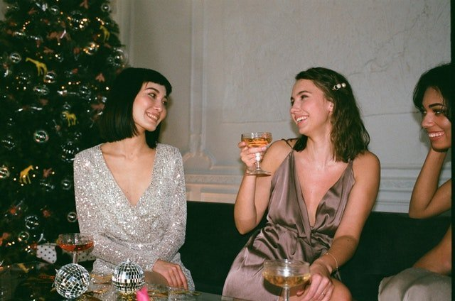 Colleagues having a drink together on Christmas | Source: Pexels