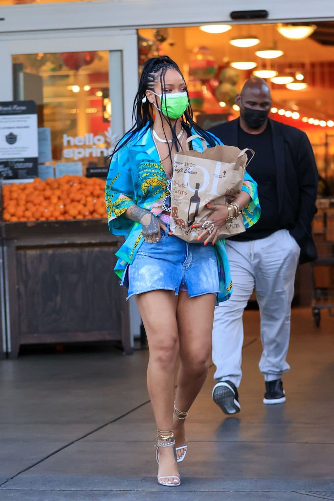 Rihanna shopping for groceries in Los Angeles, March 2021 | Source: Getty Images
