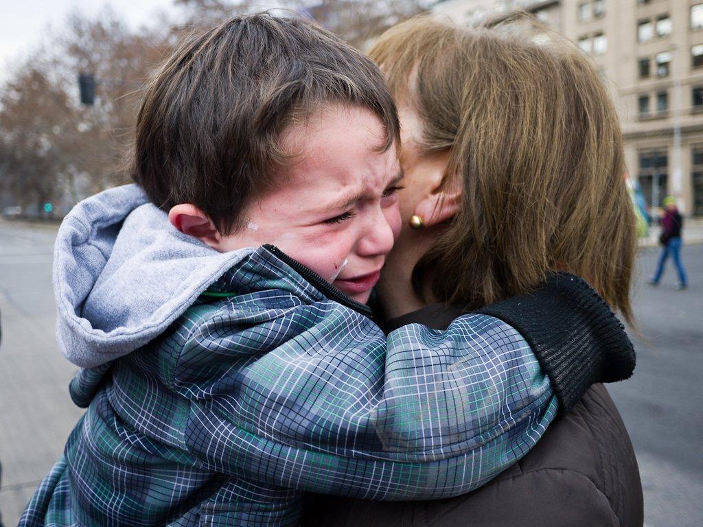 Mujer sosteniendo en brazos a un niño llorando. | Imagen: Flickr