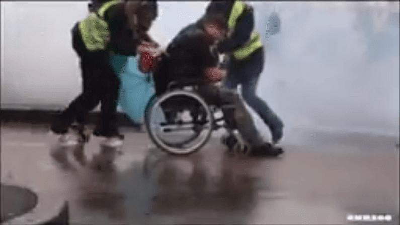 L'homme handicapé se fait évacuer par les manifestants lors de l'agression des forces de répression. | Facebook/Violences Policières France