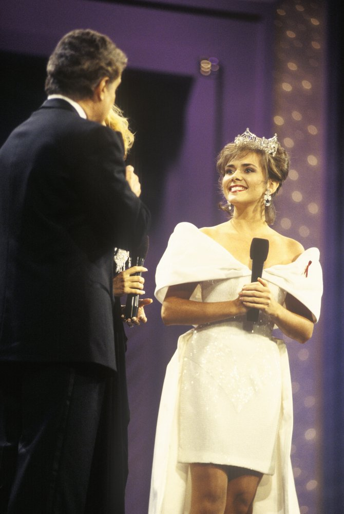 Leanza Cornett being interviewed by Regis Philbin in 1994 at theMiss America Pageant | Photo: Shutterstock