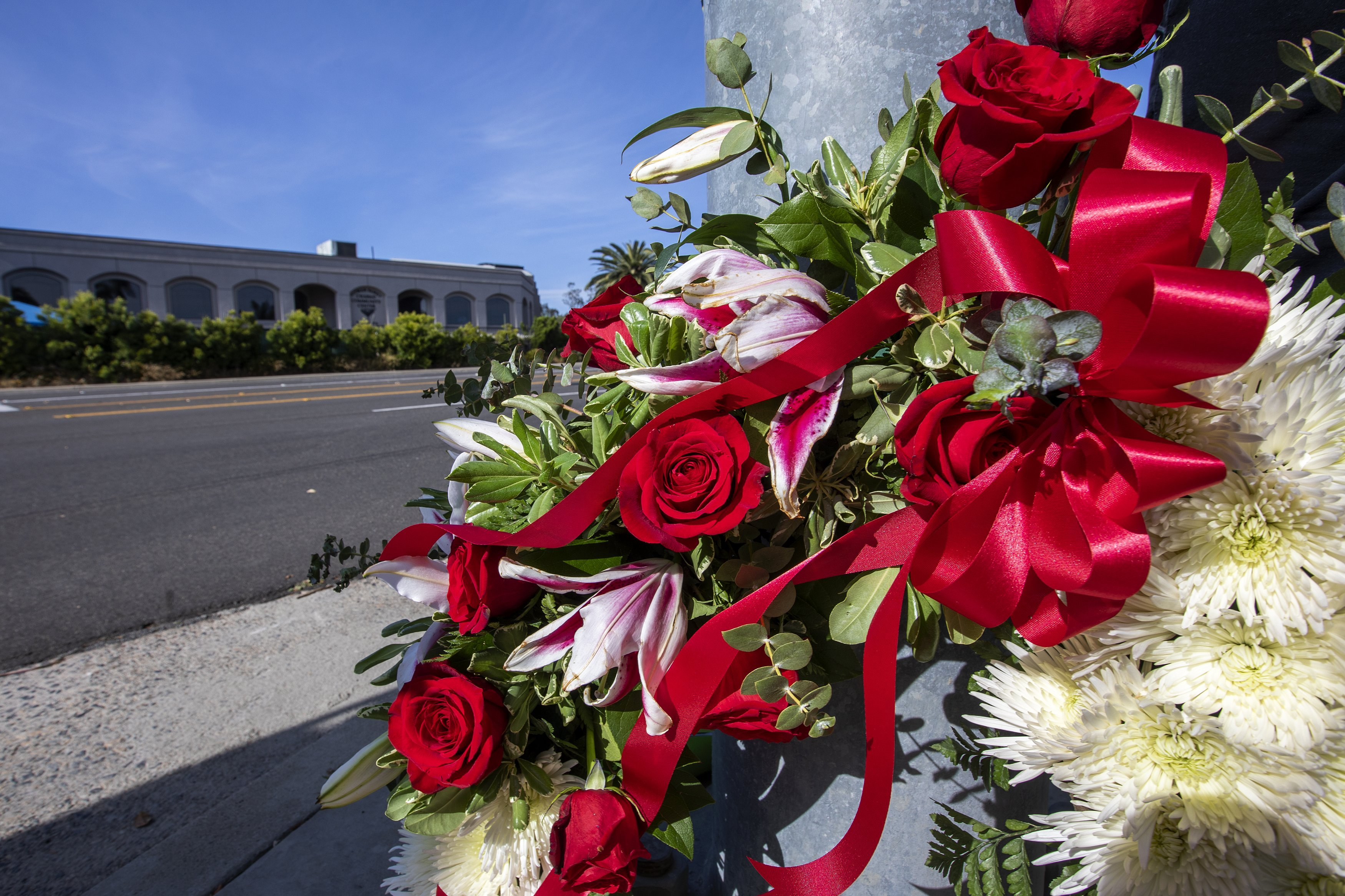 A wreath left outside the Congregation Chabad synagogue in Poway, California | Photo: Getty Images