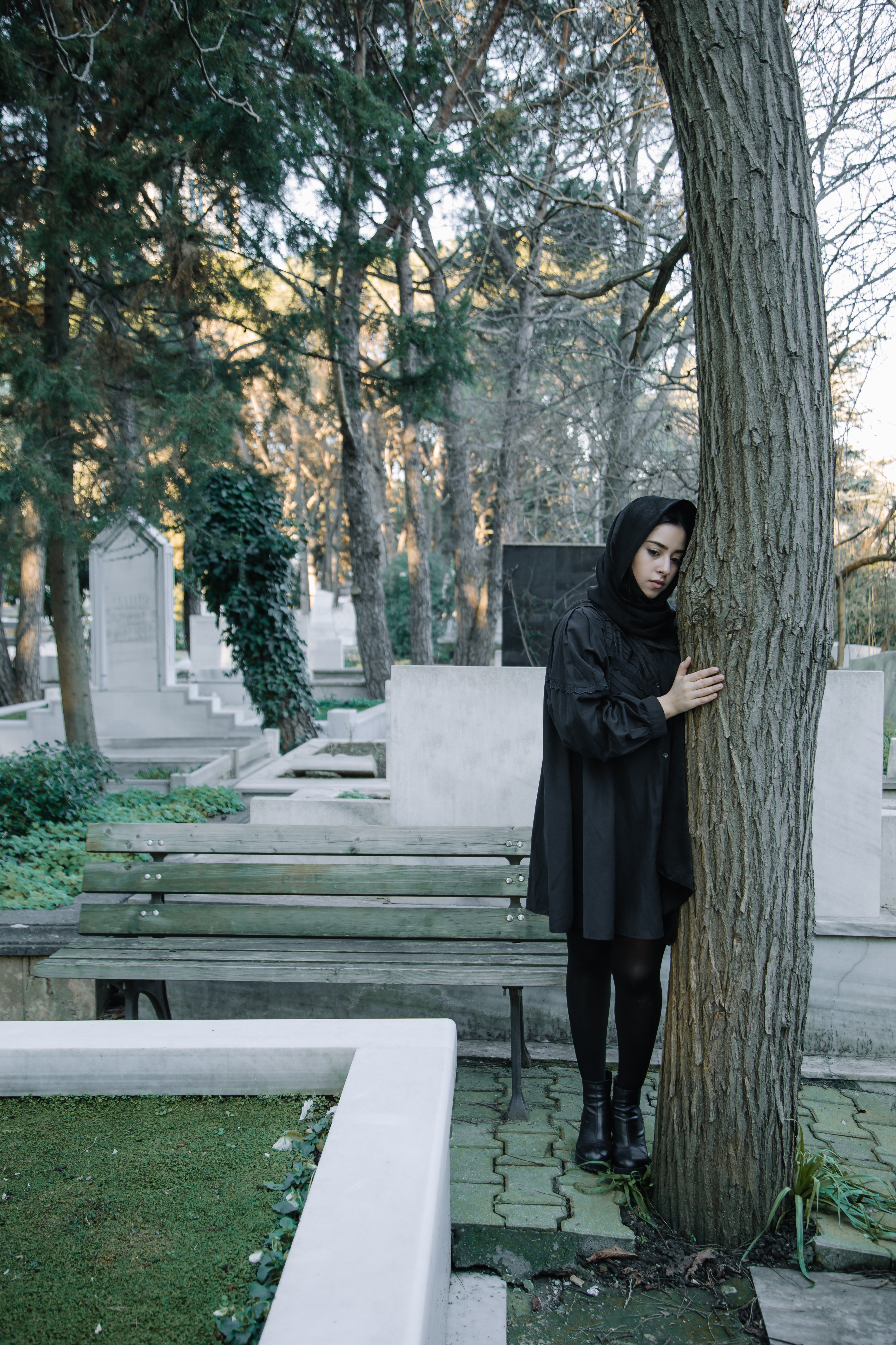 Upset woman standing in a cemetery   Photo: Pexels
