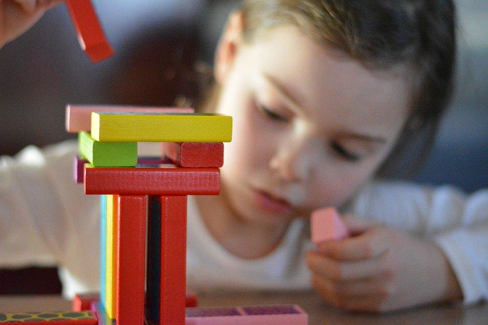 Un enfant entrain de jouer.   Photo : Pixabay