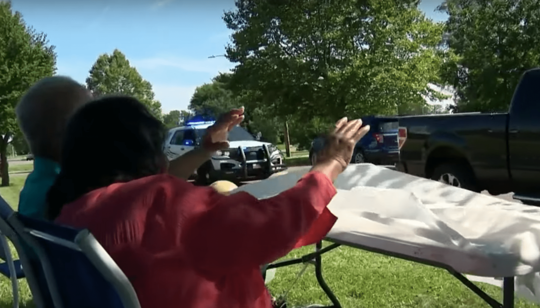 Elderly couple waves to neighbors who held a honking parade in honor of their 75th wedding anniversary | Photo: Youtube/Click On Detroit | Local 4 | WDIV
