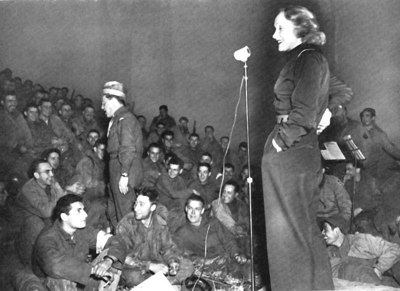 Marlene Dietrich tritt für Soldaten auf, 1944 | Quelle: Wikimedia Commons
