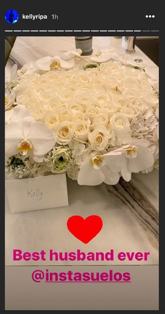 Photo of the flowers sent by Mark Consuelos on Valentine's Day. | Photo: Instagram/ kellyripa