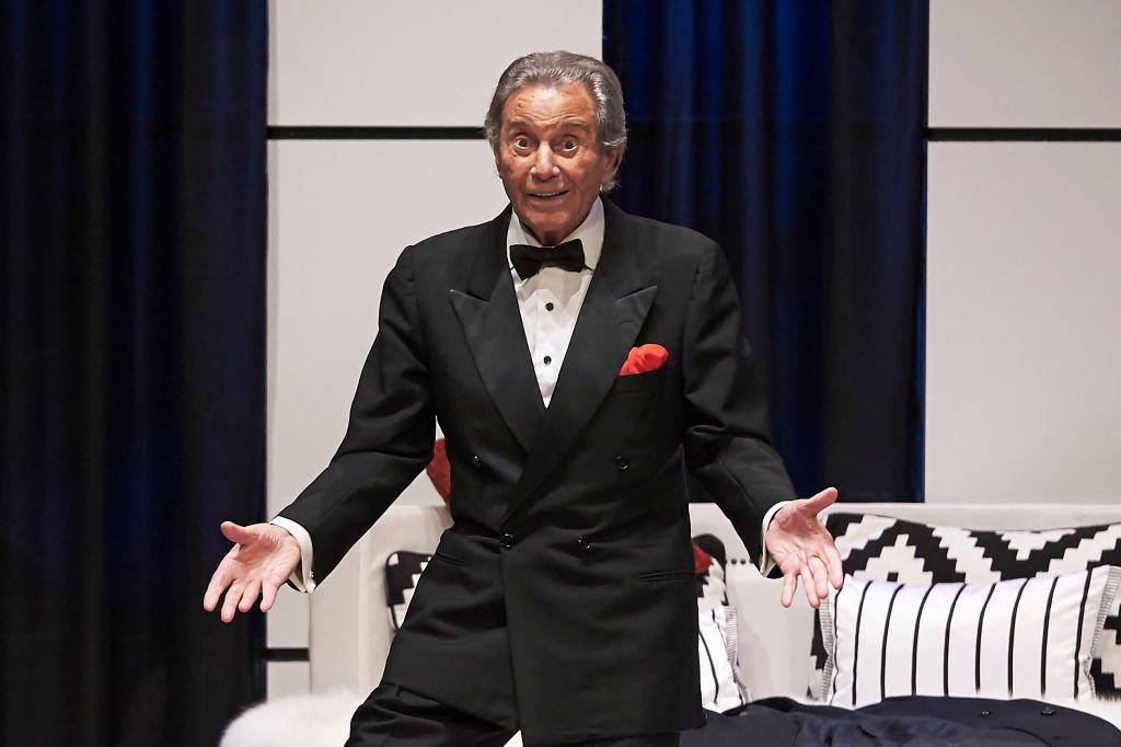 Arturo Fernández celebra su 89 cumpleaños en el escenario durante la obra de teatro 'Alta Seduccion' en el Teatro Amaya el 21 de febrero de 2018 en Madrid, España. | Imagen: Getty Images