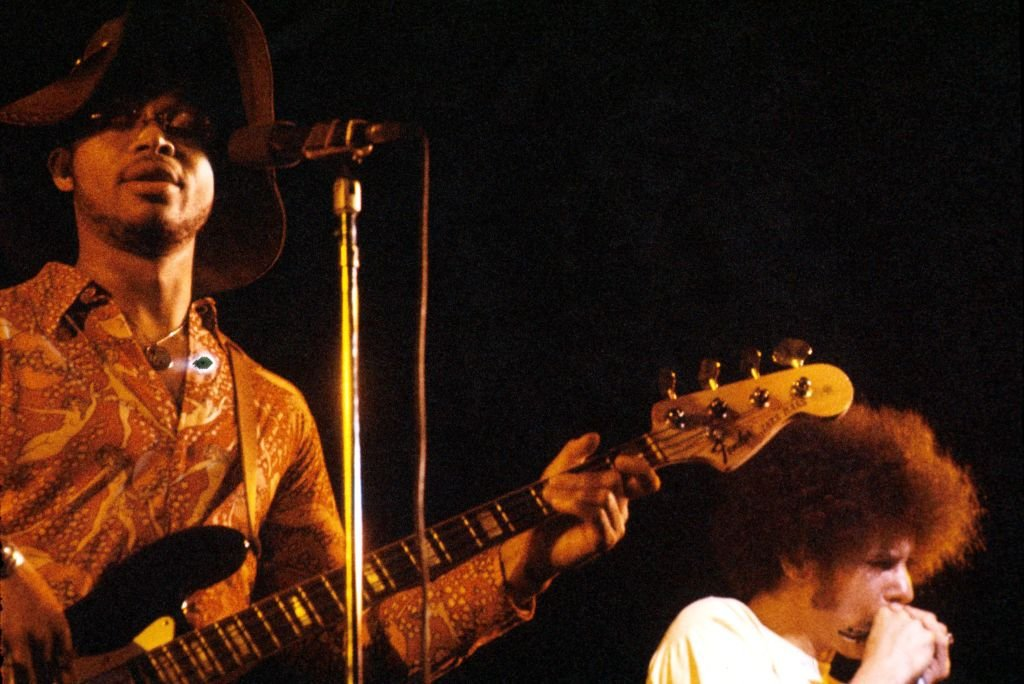 Morris 'BB' Dickerson and Lee Oskar during the War's concert in London, England in 1976. | Photo: Getty Images
