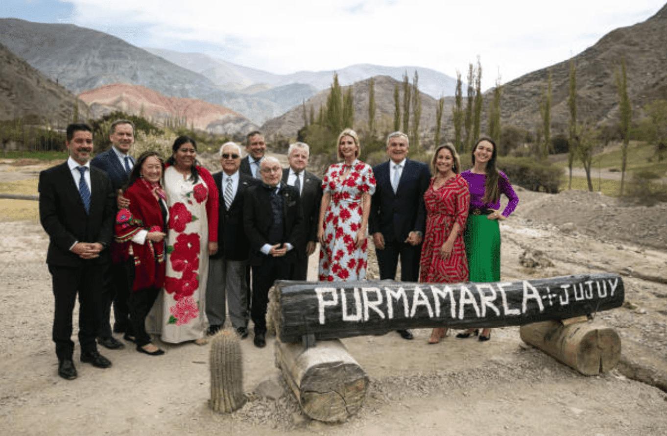 Ivanka Trump prend une photo de groupe sous la montagne des sept couleurs le 5 septembre 2019 à Purmamarca, Argentine  Source: Getty Images