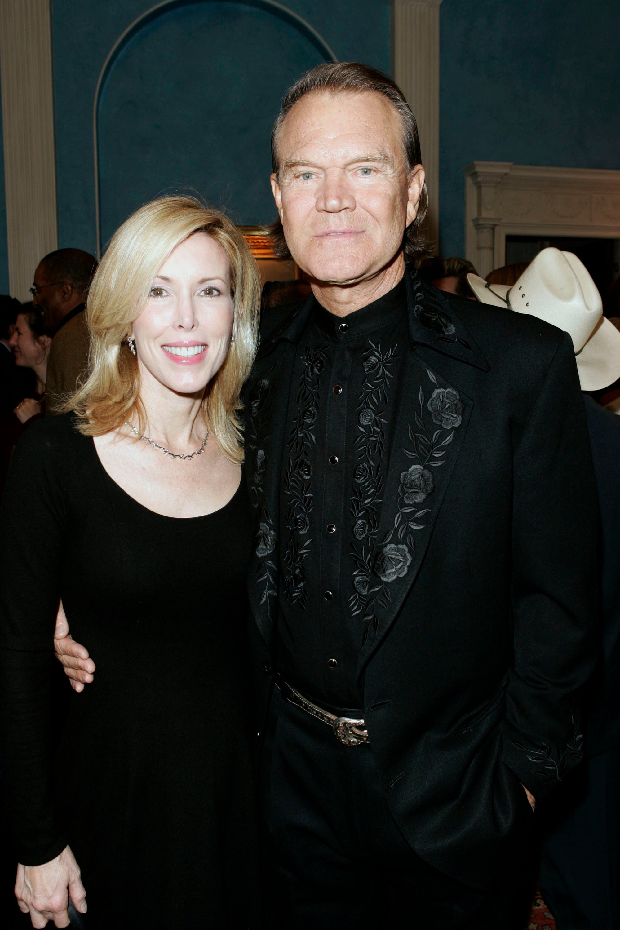Musician Glenn Campbell (R) and wife Kim Campbell (L) attend the welcome reception for the nominees of the 39th CMA Awards at Gracie Mansion November 14, 2005 | Photo: Getty Images
