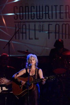 EmmyLou Harris performs at the Songwriters Hall of Fame 32nd Annual Awards at Sheraton New York Hotel and Towers in New York City. June 14, 2001. | Source: Getty Images.