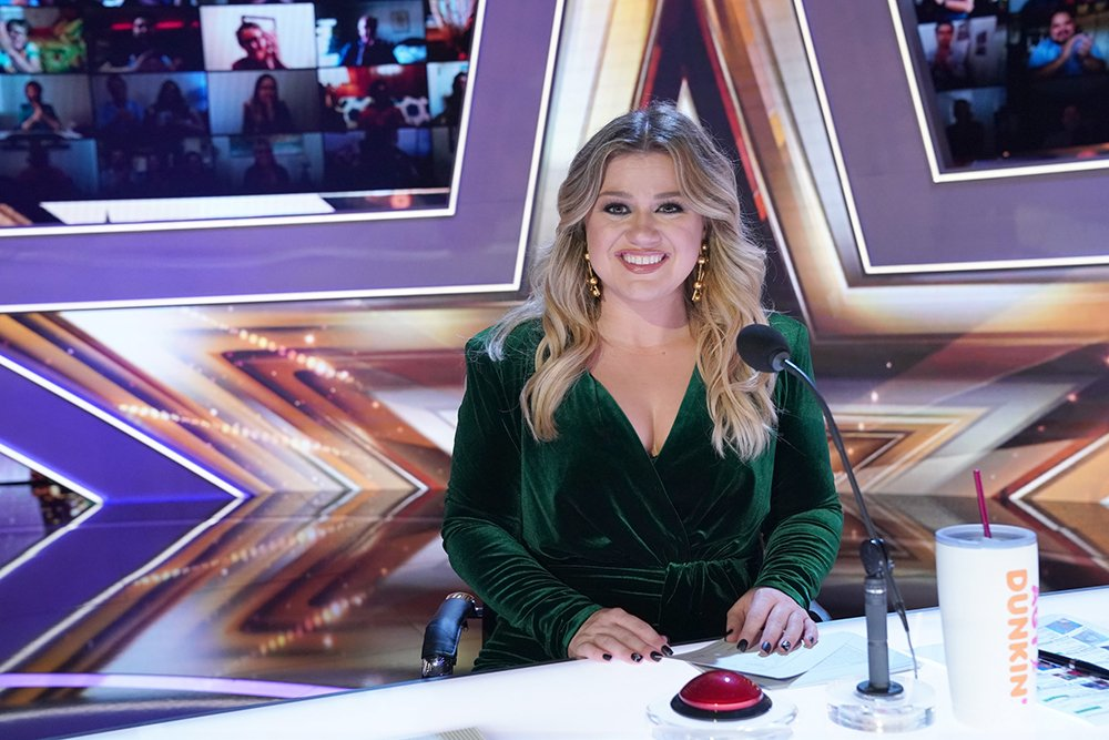 "Kelly Clarkson at the set of ""America's Got Talent,"" posing for a promotional image for the show's Episode 1511 in August 2020. I Image: Getty Images."