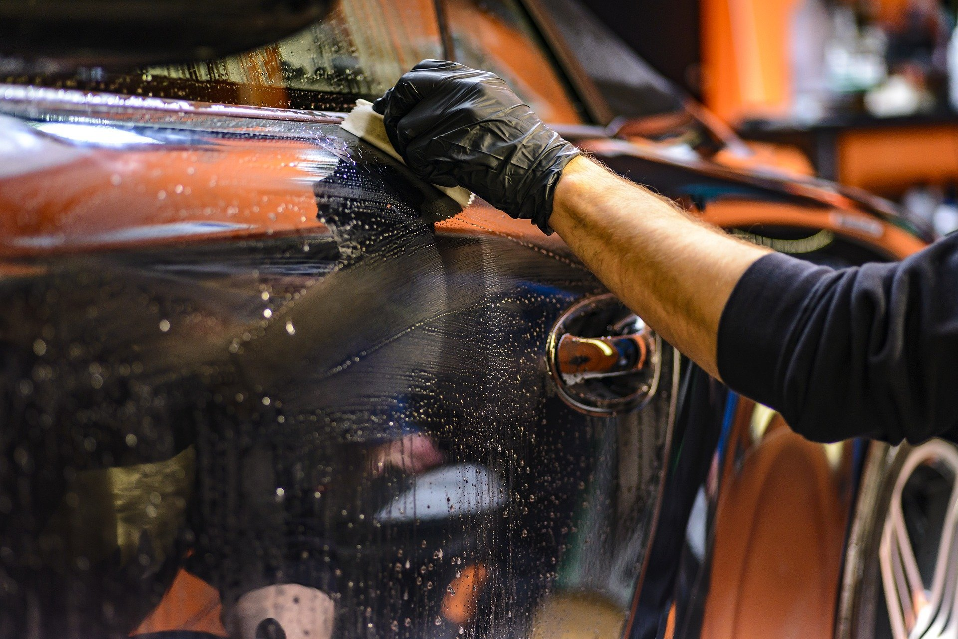 A man cleaning an expensive car. | Source: Dariusz Sankowski/Pixabay