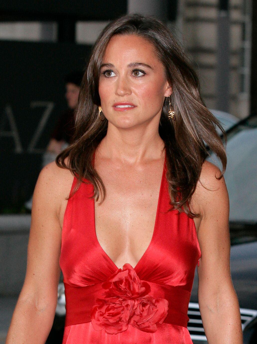 Pippa Middleton, la petite sœur de Kate dans une robe décolletée rouge. l Source : Getty Images