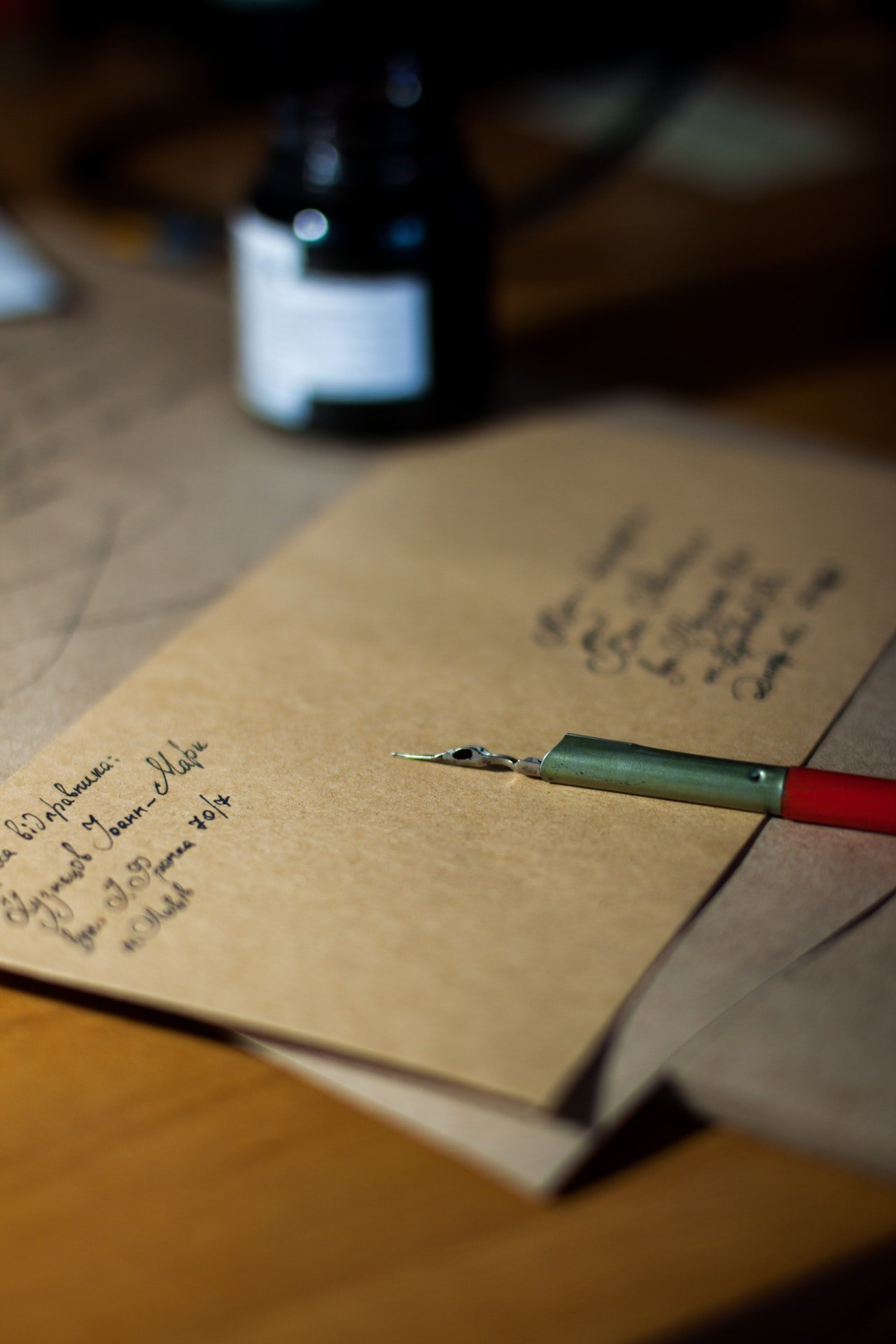 Photo of a brown envelope on a table | Photo: Pexels