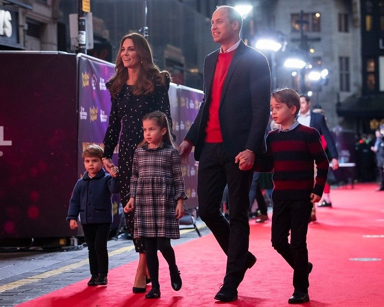 Prince William, Kate Middleton, and their children, Prince Louis, Princess Charlotte and Prince George, attending a performance at Palladium Theatre in London, England in December 2020. | Image: Getty Images.