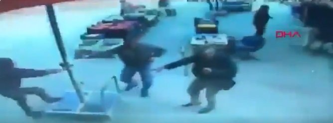Hombres corren a sostenerse de la sombrilla.   Foto: Twitter/DailySabah