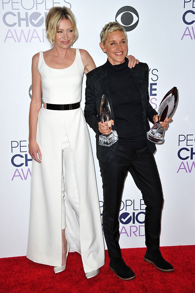 Portia de Rossi (L) and honoree Ellen DeGeneres pose in the press room at the People's Choice Awards 2016 | Getty Images / Global Images Ukraine