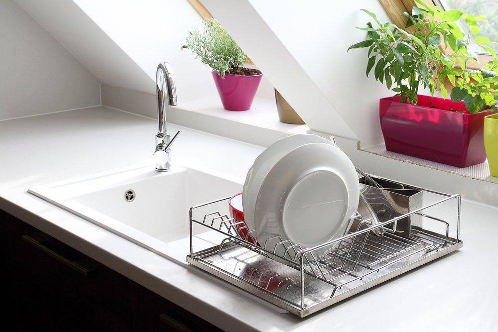 Lava los platos después de la cena-Imagen tomada de Shutterstock