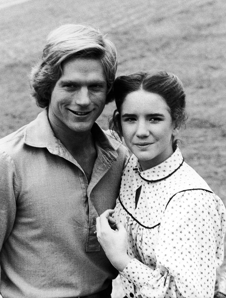 """Melissa Gilbert et Dean Butler dans un épisode de """"La Petite Maison dans la Prairie"""". l Source : Getty Images"""