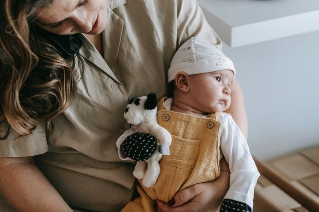 Woman holding a baby | Source: Pexels