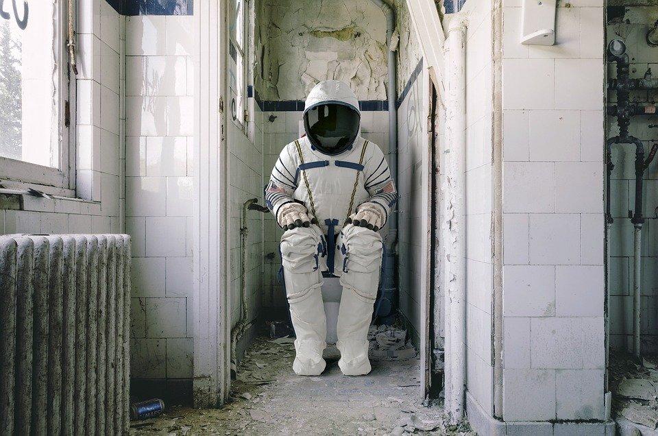 Un homme protégé dans un uniforme dans une salle de bains. Image : Pixabay
