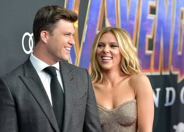Colin Jost et Scarlett Johansson au Los Angeles Convention Center le 22 avril 2019 à Los Angeles, Californie. | Photo : Getty Images