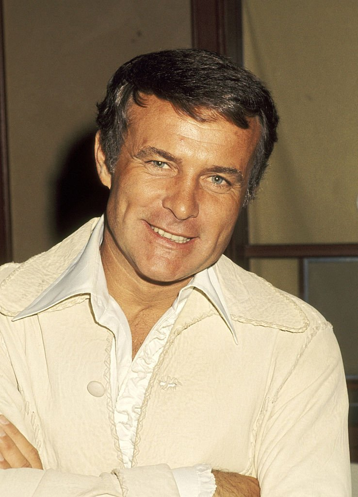 Actor Robert Conrad photographed inside a restaurant in Universal City, California in 1977. | Photo: Getty Images
