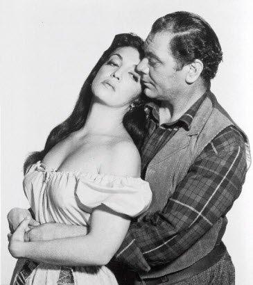 Katy Jurado & Ernest Borgnine en The Badlanders,1958. | Foto: Wikipedia.org