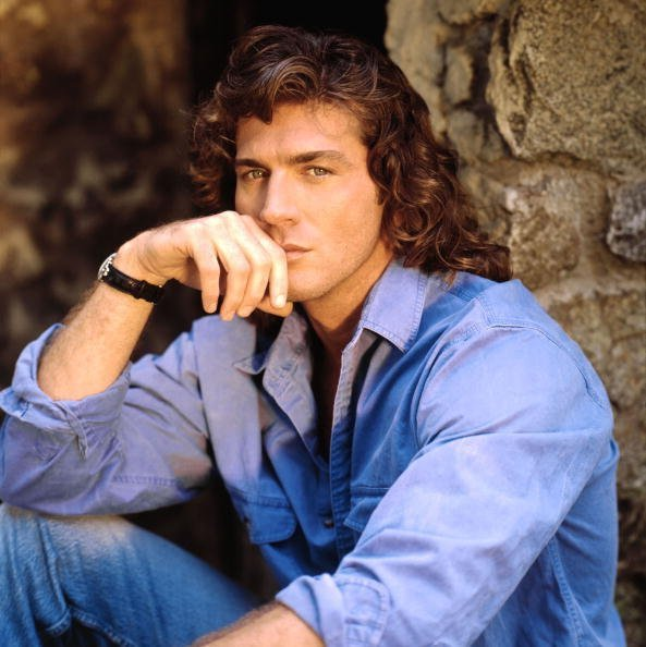 Joe Lando posant pour une photo dans sa jeunesse | Photos : Getty Images