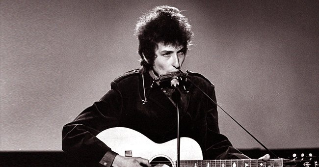 Bob Dylan performing at the BBC TV Center on a TV show in the UK, 1965 | Photo: Getty Images