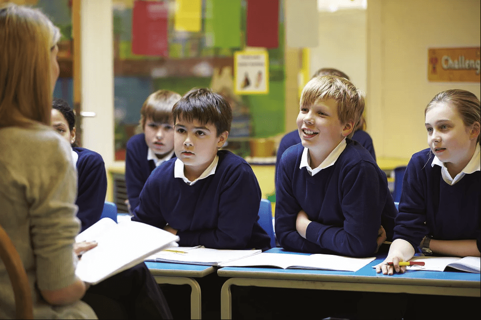 A teacher gets the full attention of her pupils in class | Photo: Pixabay