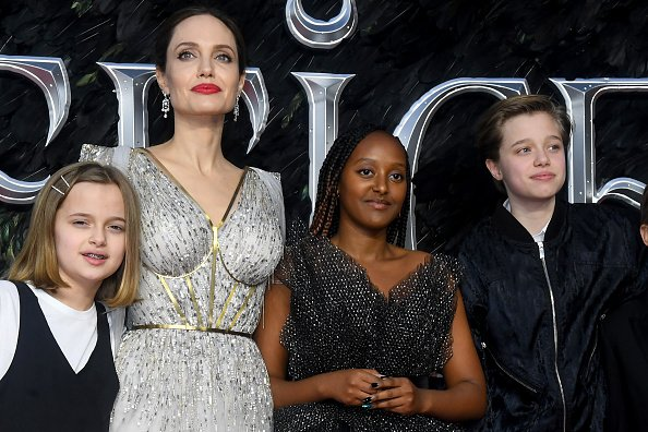 "Angelina Jolie con sus hijos, Vivienne Marcheline Jolie-Pitt, Zahara Marley Jolie-Pitt y Shiloh Nouvel Jolie-Pitt, asisten al estreno europeo de ""Maleficent: Mistress of Evil"" en Odeon IMAX Waterloo el 9 de octubre de 2019 en Londres, Inglaterra. 