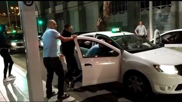 El taxista arremete contra el pasajero, mientras algunos hombres intentan detener la agresión. Fuente: Facebook / Max Gomez