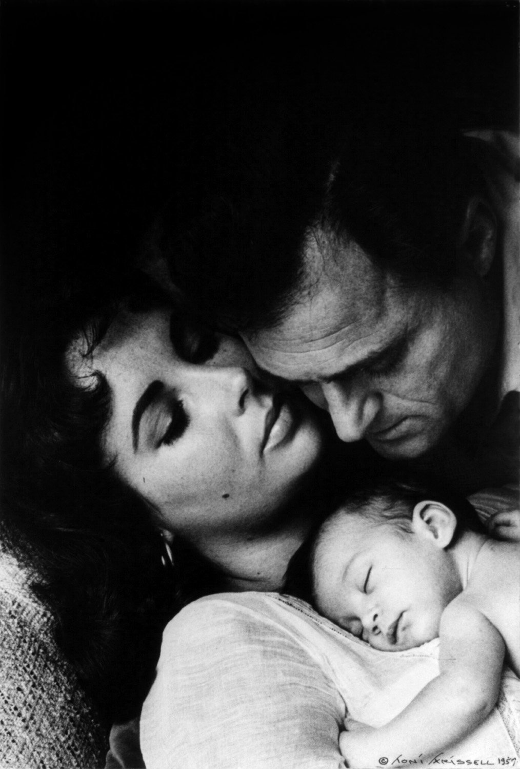 Mike Todd with daughter Liza and wife Elizabeth Taylor, 1957 | Photo: Wikimedia Commons Images