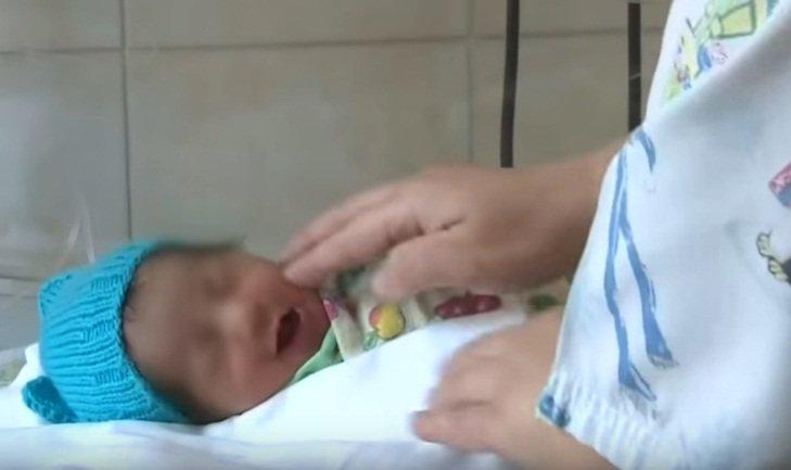 La bebé rescatada recibe atención en un hospital de San Petersburgo. | Foto: YouTube/Россия 24