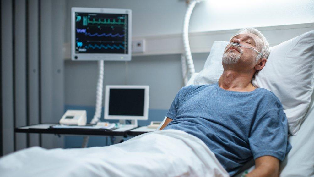 Un homme âgé dans un lit d'hôpital. l Source : Shutterstock