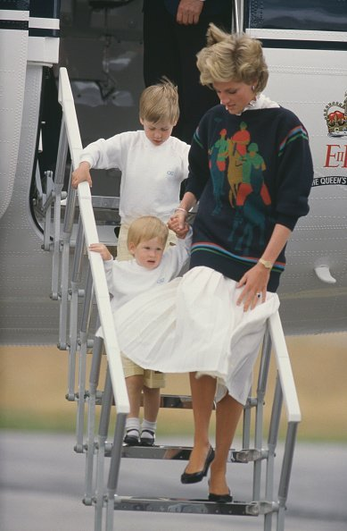 Diana, Princess of Wales arrives at Aberdeen airport in Scotland on The Queen's Flight, with her sons William and Harry. | Photo: Getty Image