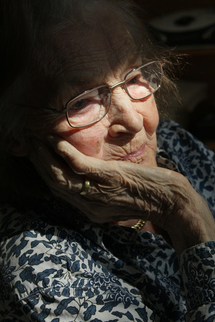 Alte Frau in Gedanken versunken - Foto: Pixabay