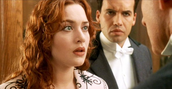 "Kate Winslet comme Rose et Billy Zane comme Cal dans le film ""Titanic"". 