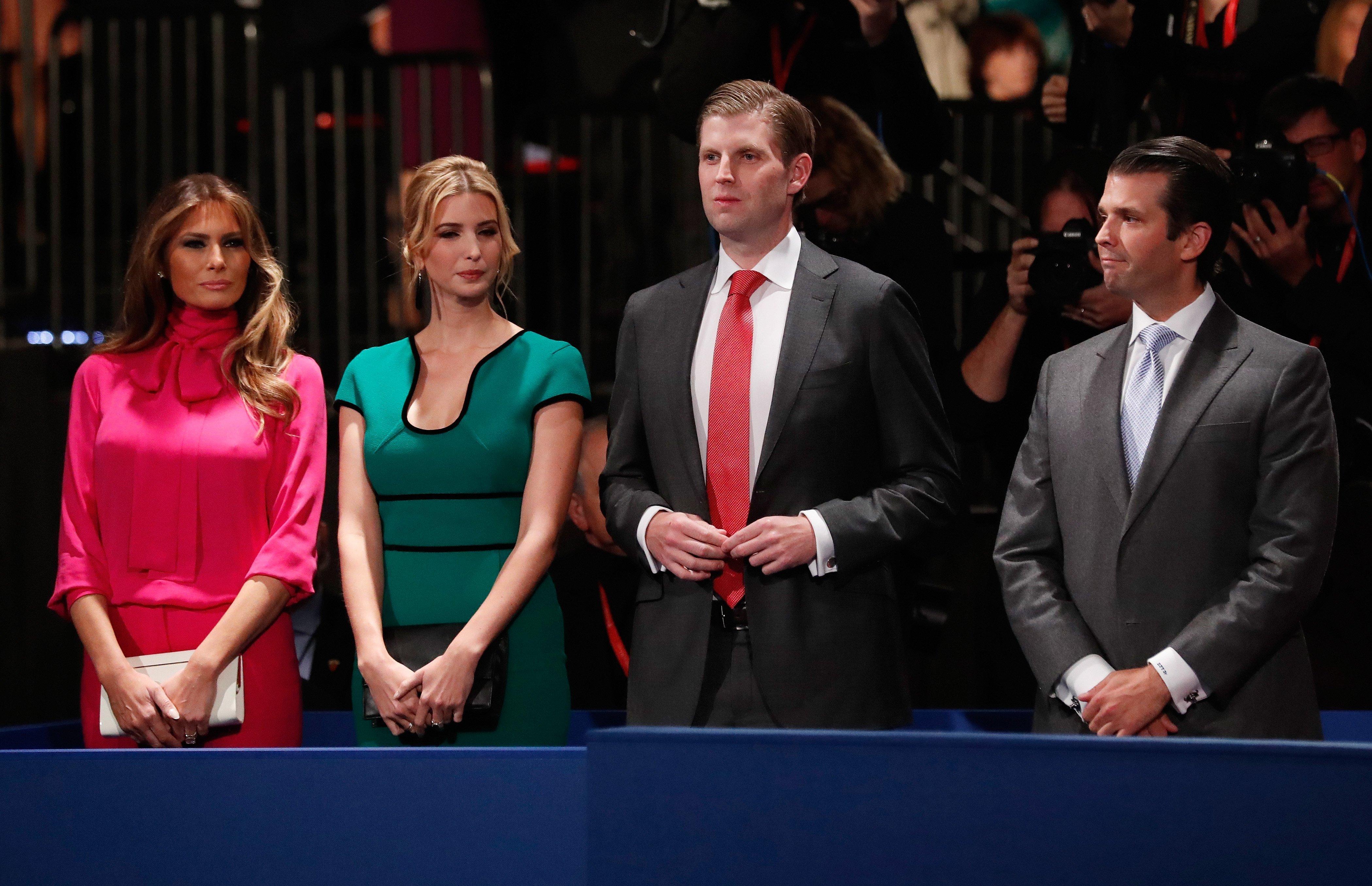 Donald Trumps Frau Melania Trump, Tochter Ivanka Trump, Sohn Eric Trump and Sohn Donald Trump, Jr., Washington University, 9.Oktober 2016 | Quelle: Getty Images