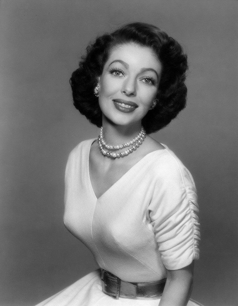 Loretta Young's promotional photo circa 1952 | Photo: Getty Images