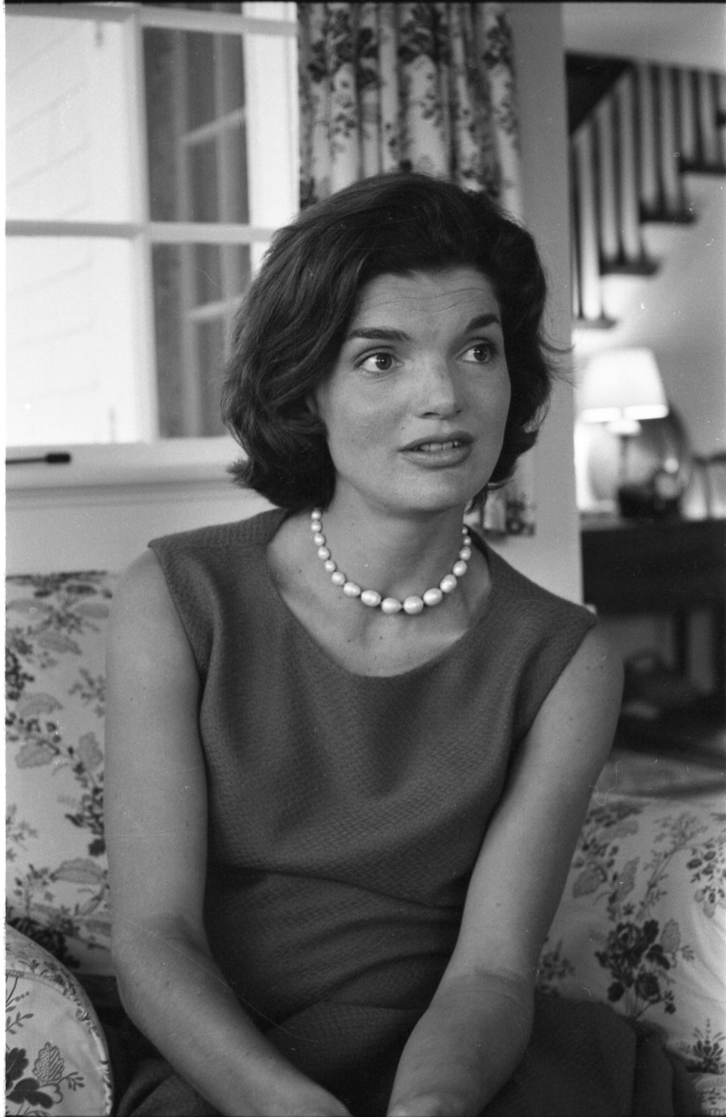 Jacqueline Kennedy as she sits in an armchair at home in Hyannisport, Massachusetts, 1960. | Photo: Getty Images.