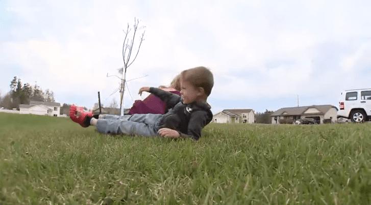 Un casque sauve la vie d'un garçon frappé par un camion postal | Photo : Youtube/KARE 11