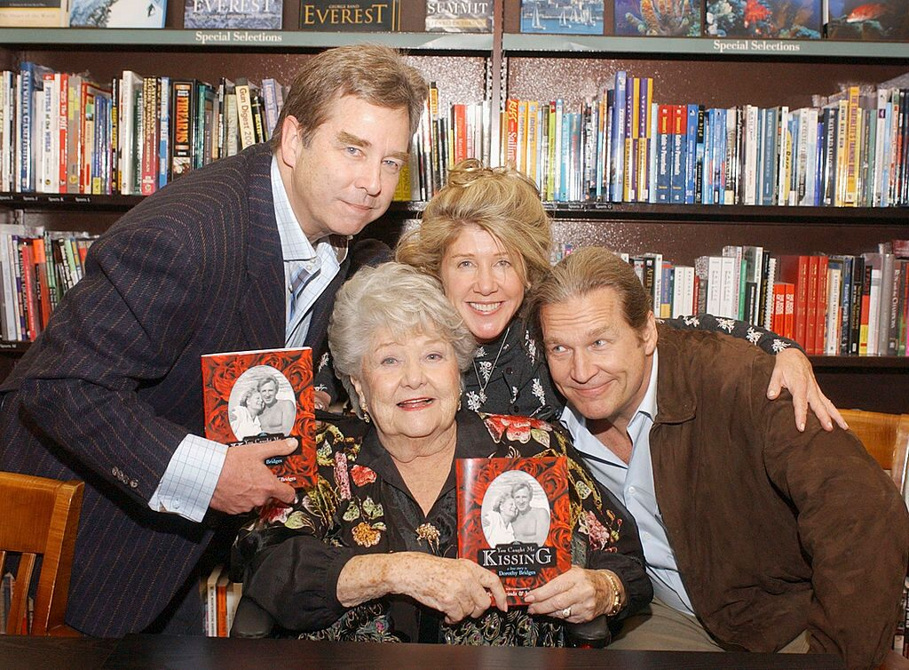 Beau, Dorothy, Cindy and Jeff Bridges pose at a book signing for Dorothy Bridges. | Source: Getty Images